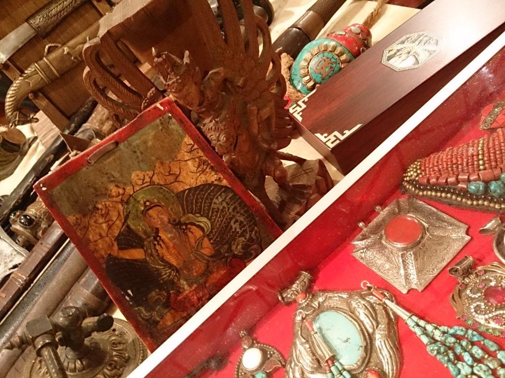 Стулья из дворца, бабушкин сервиз и лампа Алладина v Ретро-маркет « Блошинка» открывает новый сезон